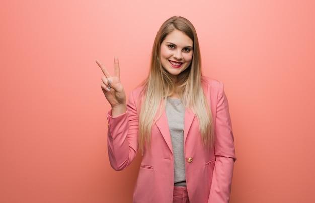 Pigiama da portare della giovane donna russa che mostra numero due Foto Premium