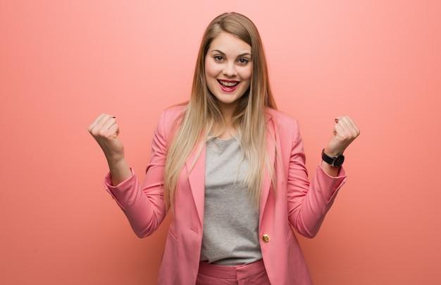 Pigiama da portare della giovane donna russa sorpreso e colpito Foto Premium