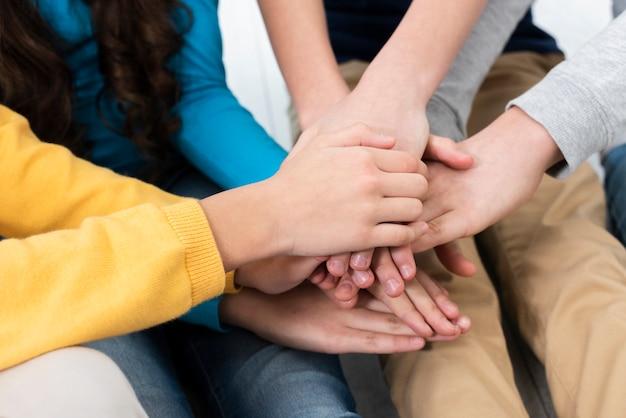 Pila delle mani dei bambini del primo piano Foto Gratuite