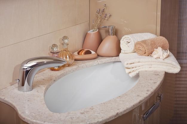 Pila di asciugamani con un distributore di sapone Foto Premium