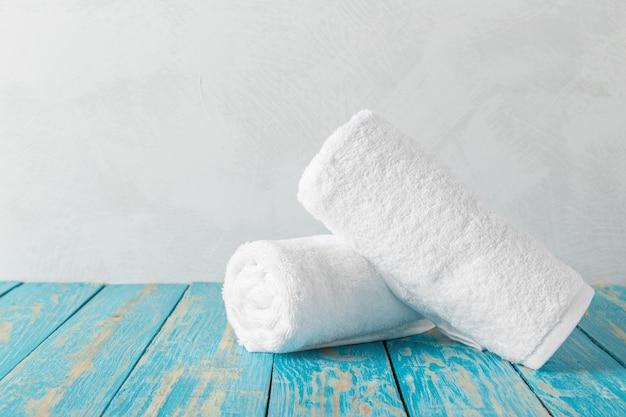 Pila di asciugamani di bagno sulla tavola di legno con lo spazio della copia Foto Premium