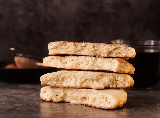 Pila di biscotti con setaccio sfocato Foto Gratuite