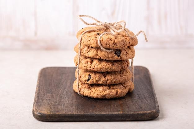 Pila di biscotti di farina d'avena. prodotti da forno fatti in casa Foto Premium