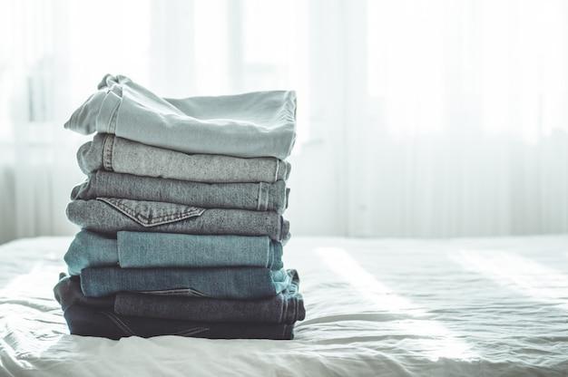 Pila di jeans blu Foto Premium