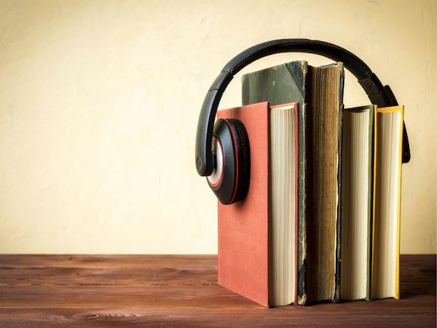 Pila di libri con le cuffie Foto Premium
