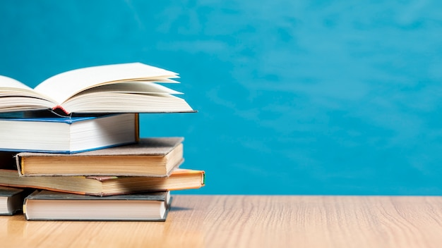 Pila di libri di vista frontale con spazio di copia Foto Gratuite