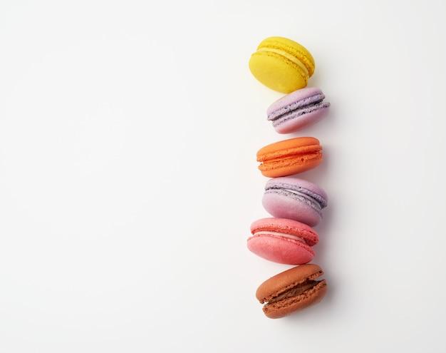 Pila di macaron al forno colorato Foto Premium