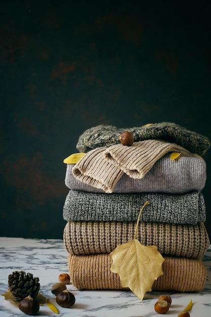 Pila di maglioni a maglia accoglienti. concetto autunno-inverno, maglioni di lana lavorati a maglia. mucchio di abiti invernali a maglia, maglioni, maglieria Foto Gratuite