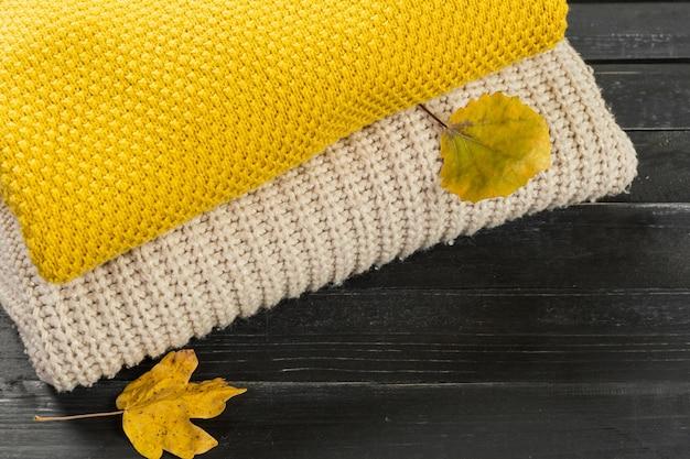 Pila di maglioni a maglia accoglienti Foto Premium