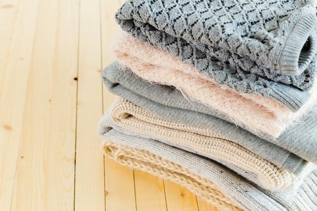 Pila di maglioni bianchi lavorati a maglia Foto Premium