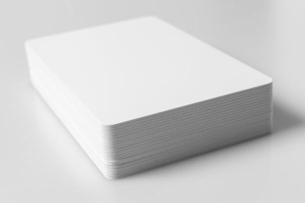 Pila di modello in bianco bianco delle carte di credito su bianco. Foto Premium