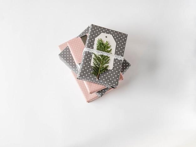 Pila di regali in carta a pois rosa e grigia Foto Premium