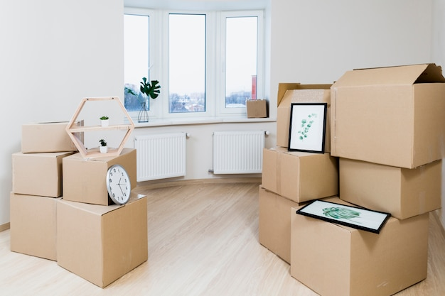Pila di scatole di cartone in movimento nel nuovo appartamento Foto Gratuite