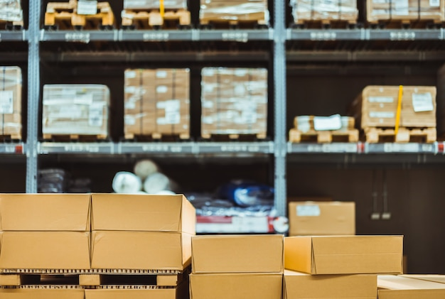 Pila di scatole di cartone nell'industria astuta del magazzino logistica. Foto Premium