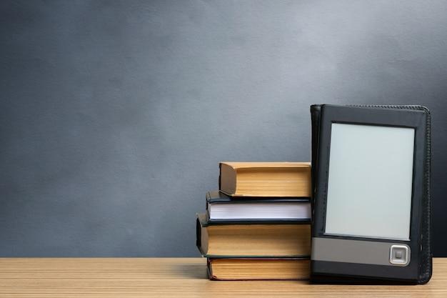 Pila di vecchi libri sul tavolo Foto Premium
