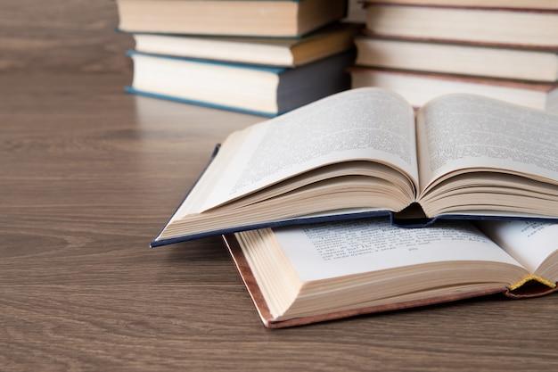 Pila libro su fondo in legno Foto Premium