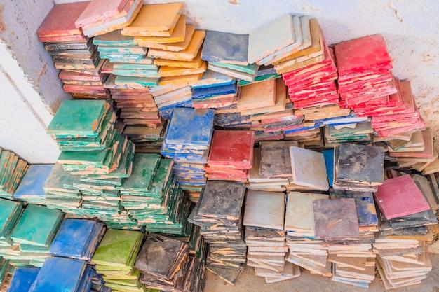Pile di piastrelle quadrate smaltate colorate per l uso di