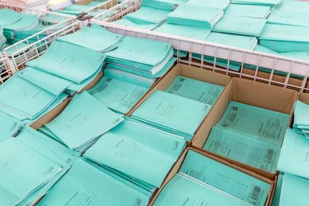 Pile di quaderni di scuola in vendita nel negozio. l'inizio dell'anno scolastico. vista dall'alto. Foto Premium