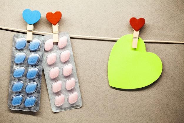 Pillola per la salute degli uomini e lo sfondo di san valentino. Foto Premium