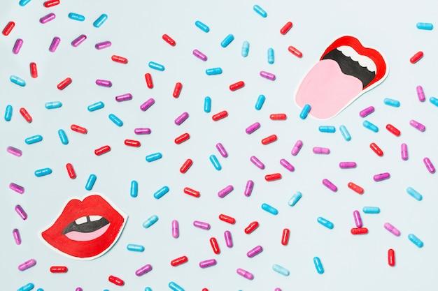 Pillole con una bocca disegnata Foto Gratuite