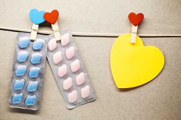 Pillole di salute maschile appendere su una corda Foto Premium