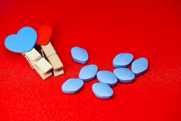 Pillole di salute sessuale per uomini appesi a una corda Foto Premium