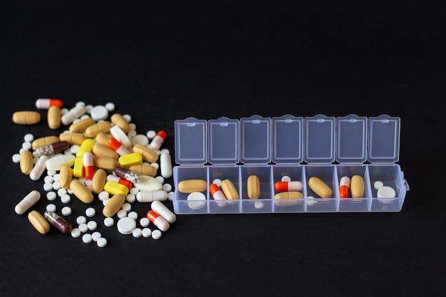 Pillole diverse multicolore con pillbox Foto Premium