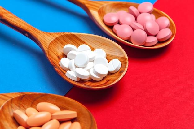 Pillole multicolori in un cucchiaio Foto Premium