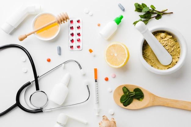 Pillole naturali di trattamento e farmacia con stetoscopio Foto Gratuite