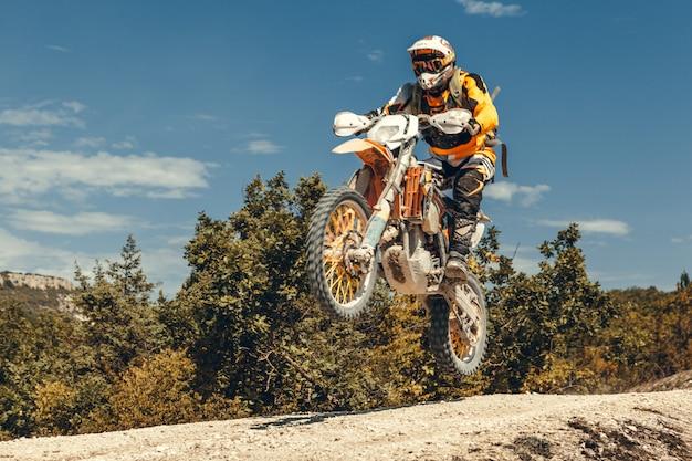 Pilota di motocross in aria Foto Premium