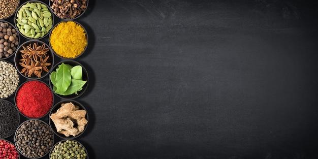 Pimento in ciotola, vista dall'alto, isolato su uno sfondo bianco. spezia biologica Foto Premium