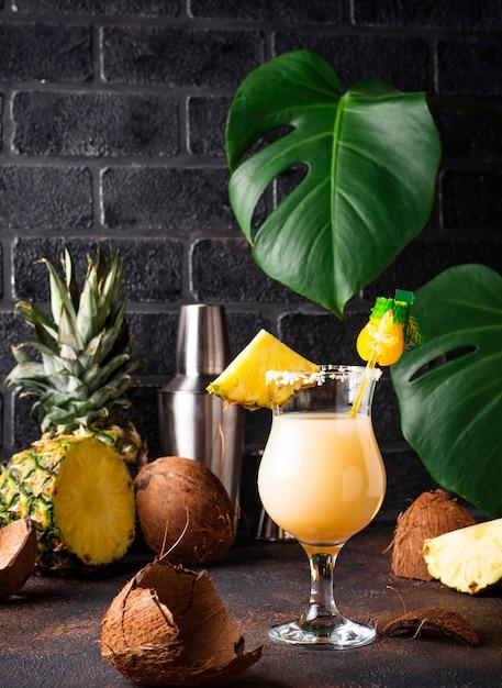 Pina colada. cocktail caraibico tradizionale Foto Premium
