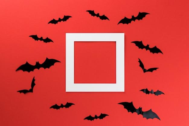 Pipistrelli di halloween su uno sfondo rosso Foto Premium