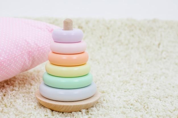 Piramide colorata arcobaleno di giocattoli per bambini Foto Premium