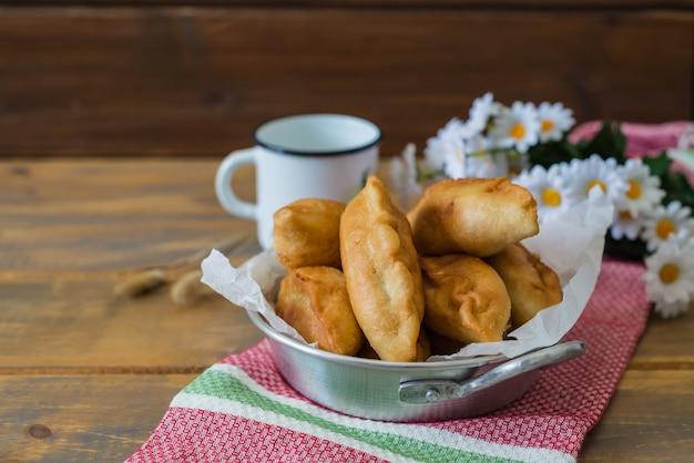 Pirojki. tortino russo delizioso tradizionale Foto Premium