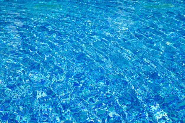 Piscina blu, fondo di acqua nella piscina. Foto Premium