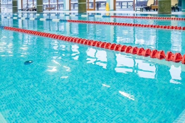 Piscina con pista da corsa, corsie rosse. piscina vuota senza persone Foto Premium