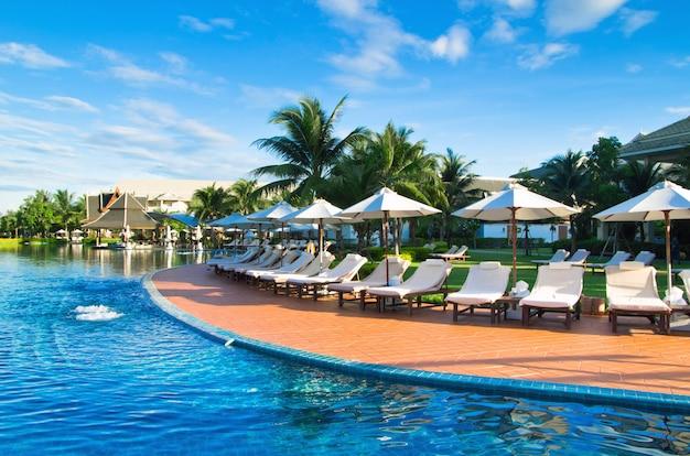 Piscina presso il resort Foto Premium