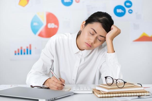 Pisolino asiatico della donna di affari mentre lavoro - concetti di finanza e di affari. Foto Premium