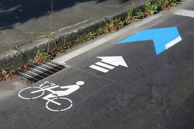 Pista ciclabile con freccia dipinta sulla strada Foto Premium