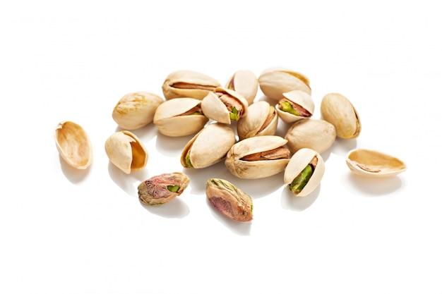 Pistacchi isolati su bianco. pistacia vera Foto Premium