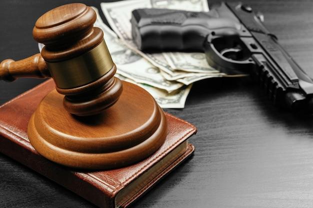 Pistola e martelletto del giudice sul tavolo Foto Premium
