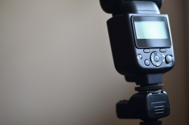 Pistola speedlight con set di trigger montato su treppiede Foto Premium