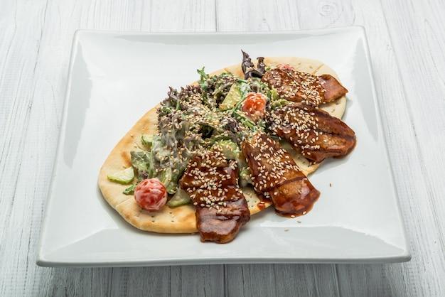 Pita con insalata di carne e verdure sul piatto Foto Premium