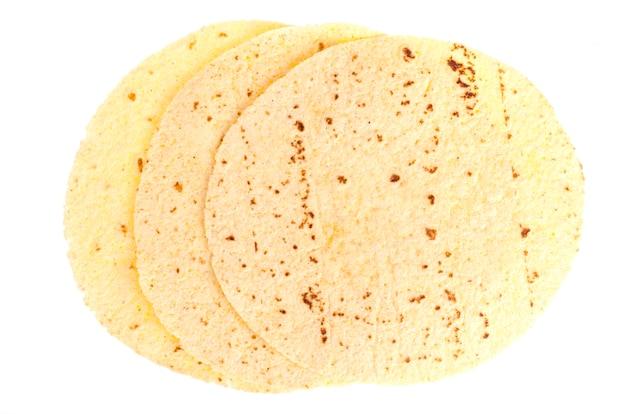 Pita rotonda per la cottura isolata su bianco Foto Premium