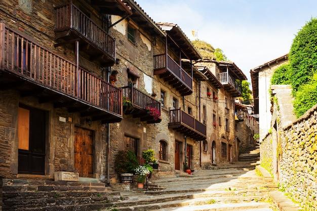 Pittoresca vista del vecchio villaggio catalano Foto Gratuite
