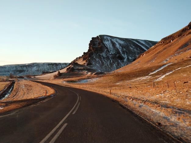 Pittoresco paesaggio invernale dell'islanda. Foto Premium