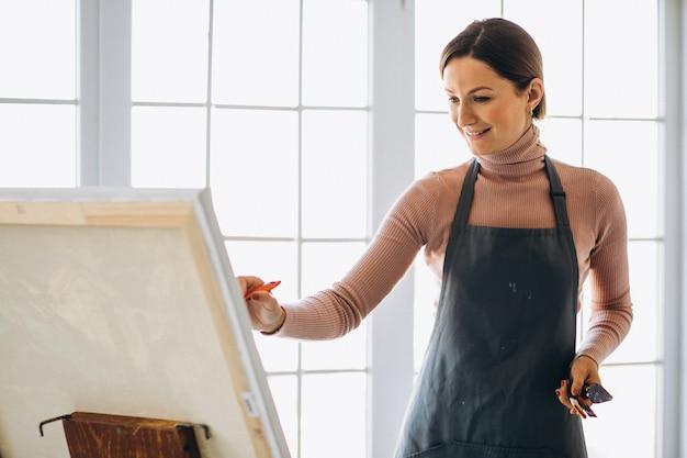 Pittura dell'artista femminile in studio Foto Gratuite