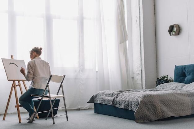 Pittura dell\'artista in camera da letto   Foto Gratis