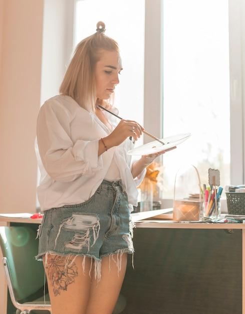 Pittura della donna con acquerello in studio Foto Gratuite
